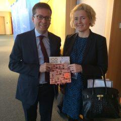 Annoin innovaatiokomissaari Moedasille lahjaksi Ilkka Taipaleen kirjan 100 sosiaalista innovaatiota Suomesta.