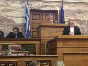 Miapetra puhumassa Kreikan työllisyysasioiden valiokunnassa
